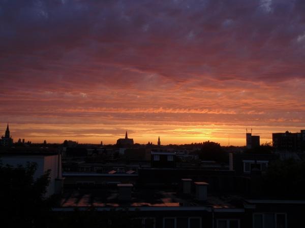 Uitzicht over Haarlem met een oranje-paarse lucht