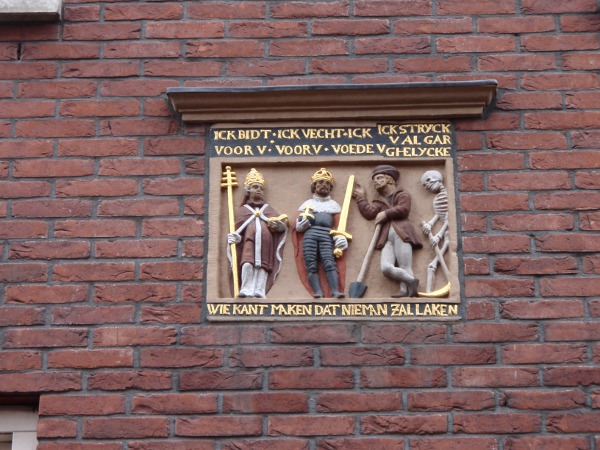 Gevelsteen over de Dodendans op de Lange Herenvest in Haarlem