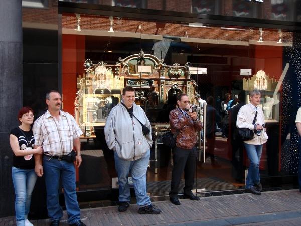 Mensen die kijken naar een draaiorgel in de Kruisstraat