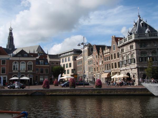 Zicht op de Waag en de Damstraat vanaf Spaarne, Haarlem