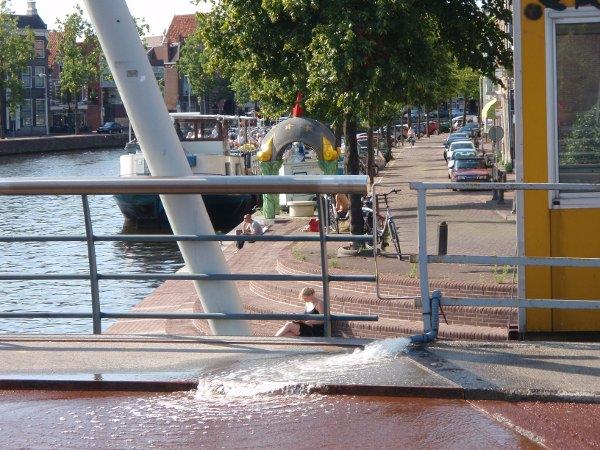"""De """"Verfroller"""" brug (Lieve Vrouw Gracht) wordt nat gespoten om uitzetting te voorkomen"""